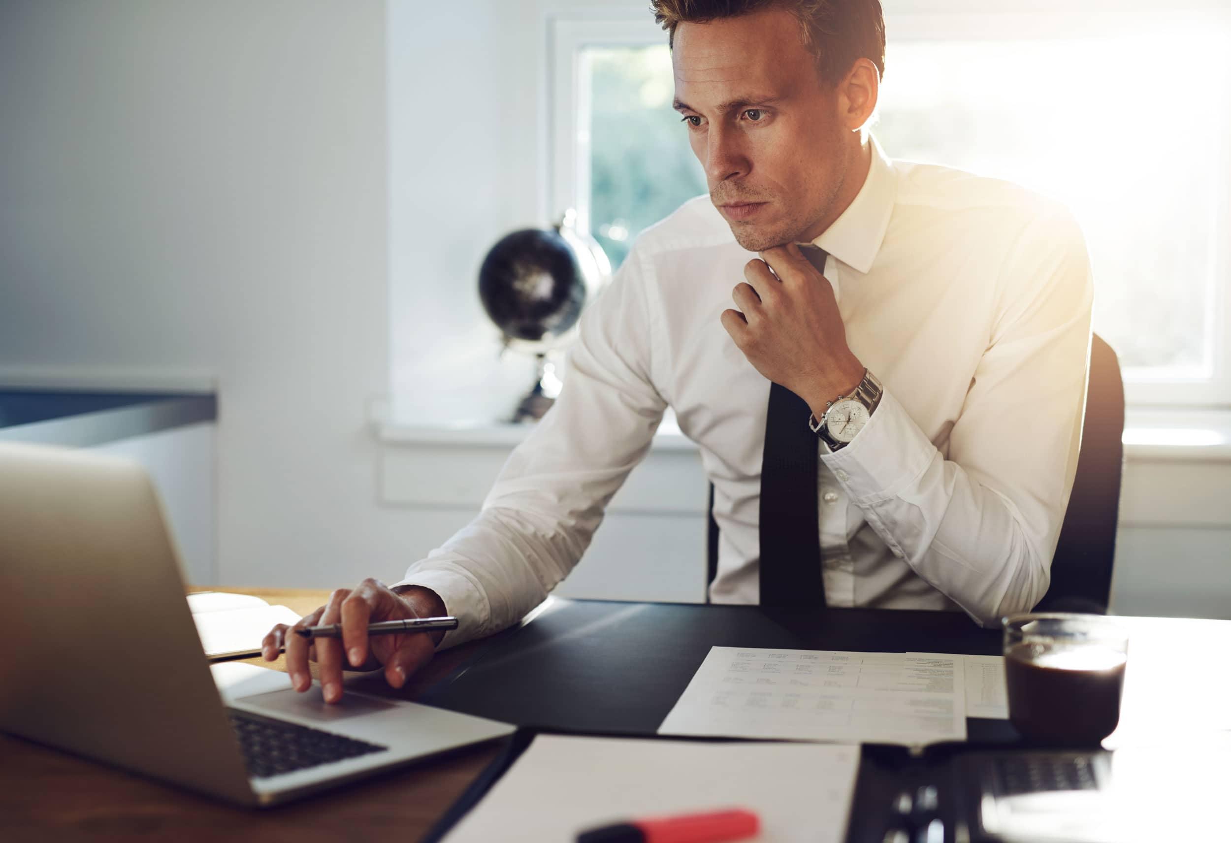 парень за рабочим столом в костюме фото вам