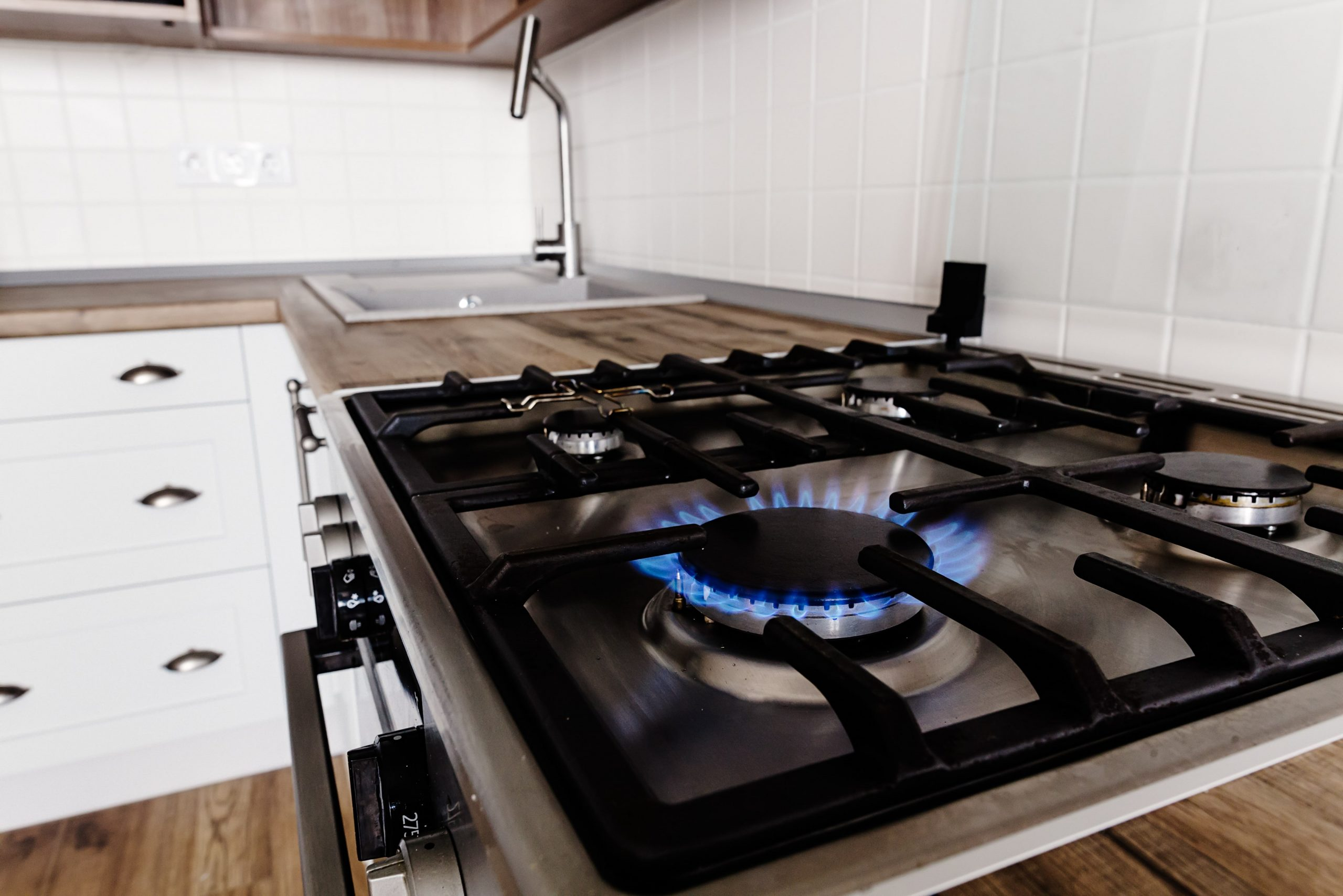 burning-gas-from-kitchen-stove-on-background-of-st-42XFHVU-min