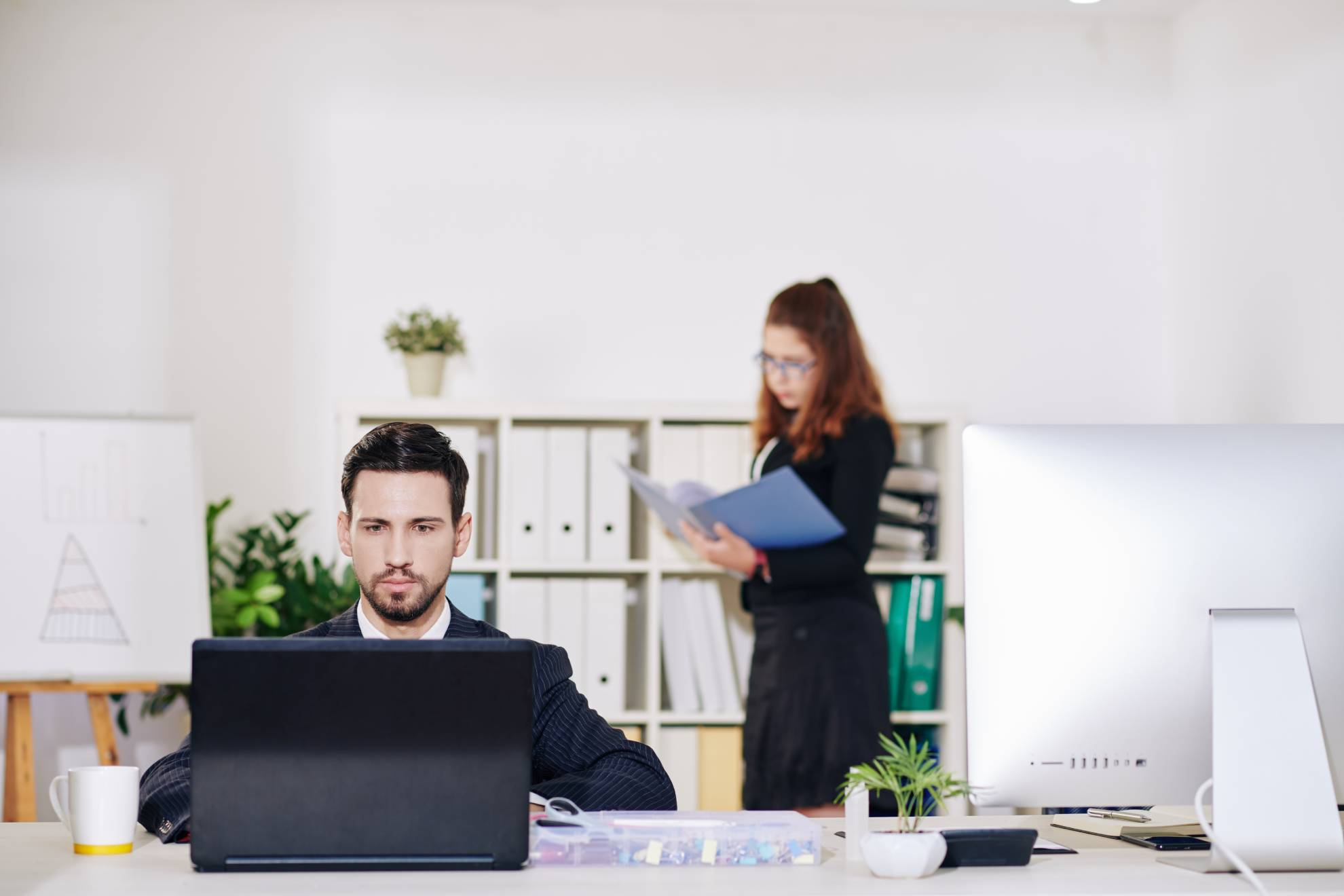 businessman-working-on-laptop-NJPTBFQ (1)