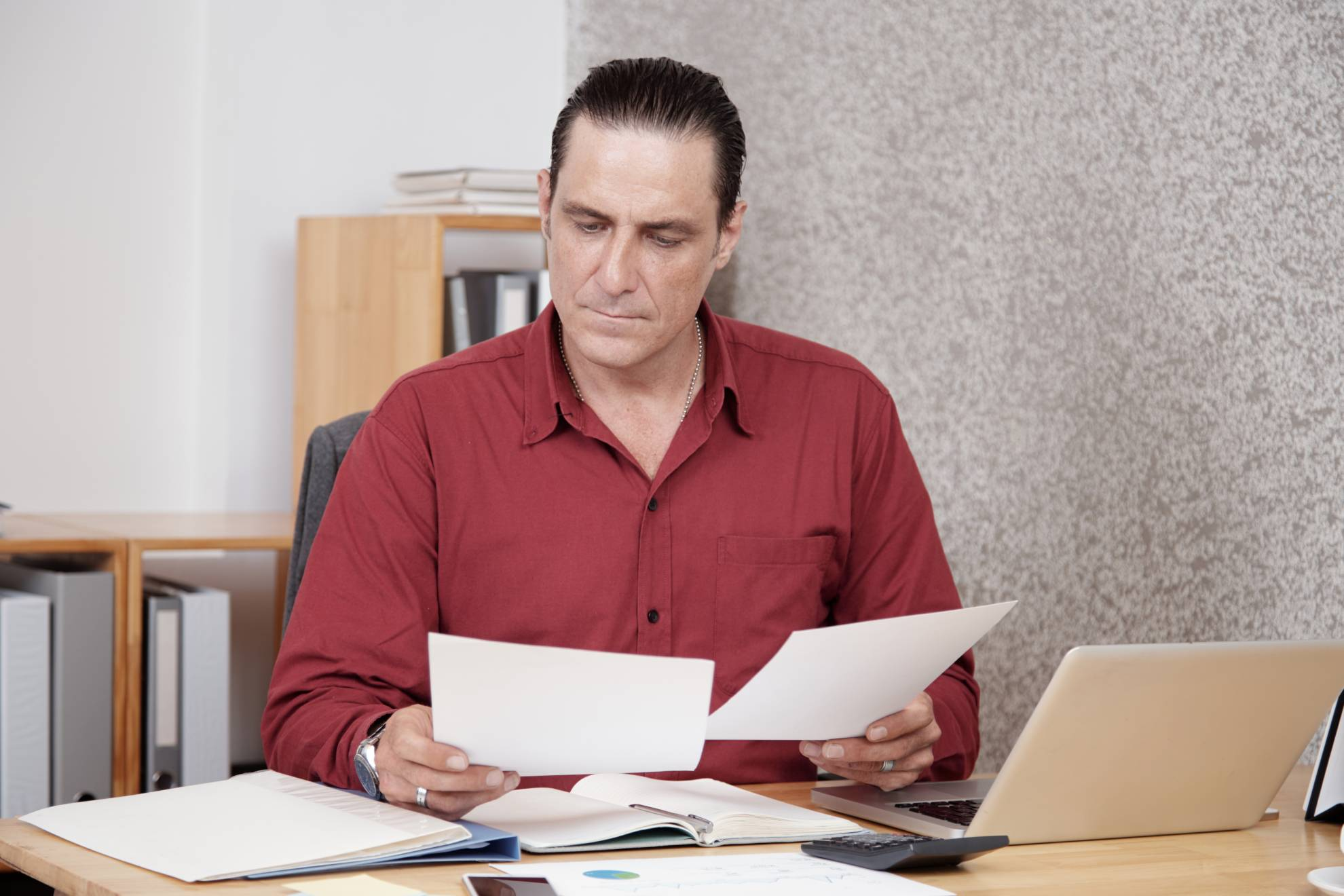 businessman-working-with-documents-2QH2884 (1)
