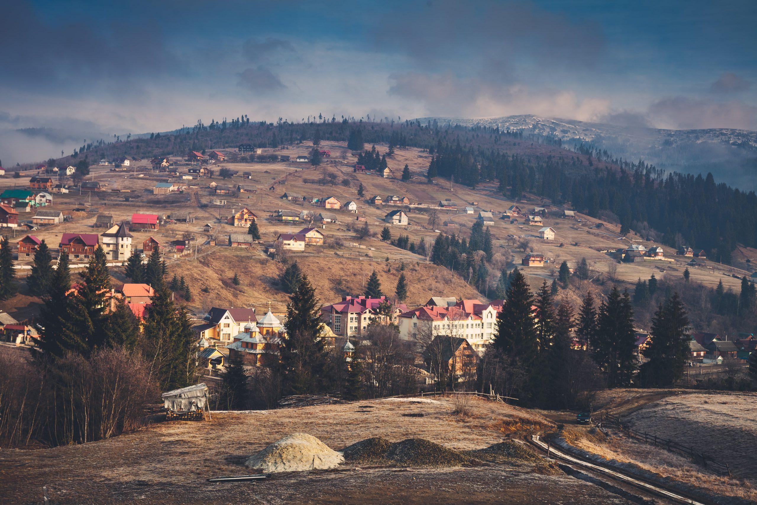 carpathian-village-and-mountains-PNBGKPZ-min