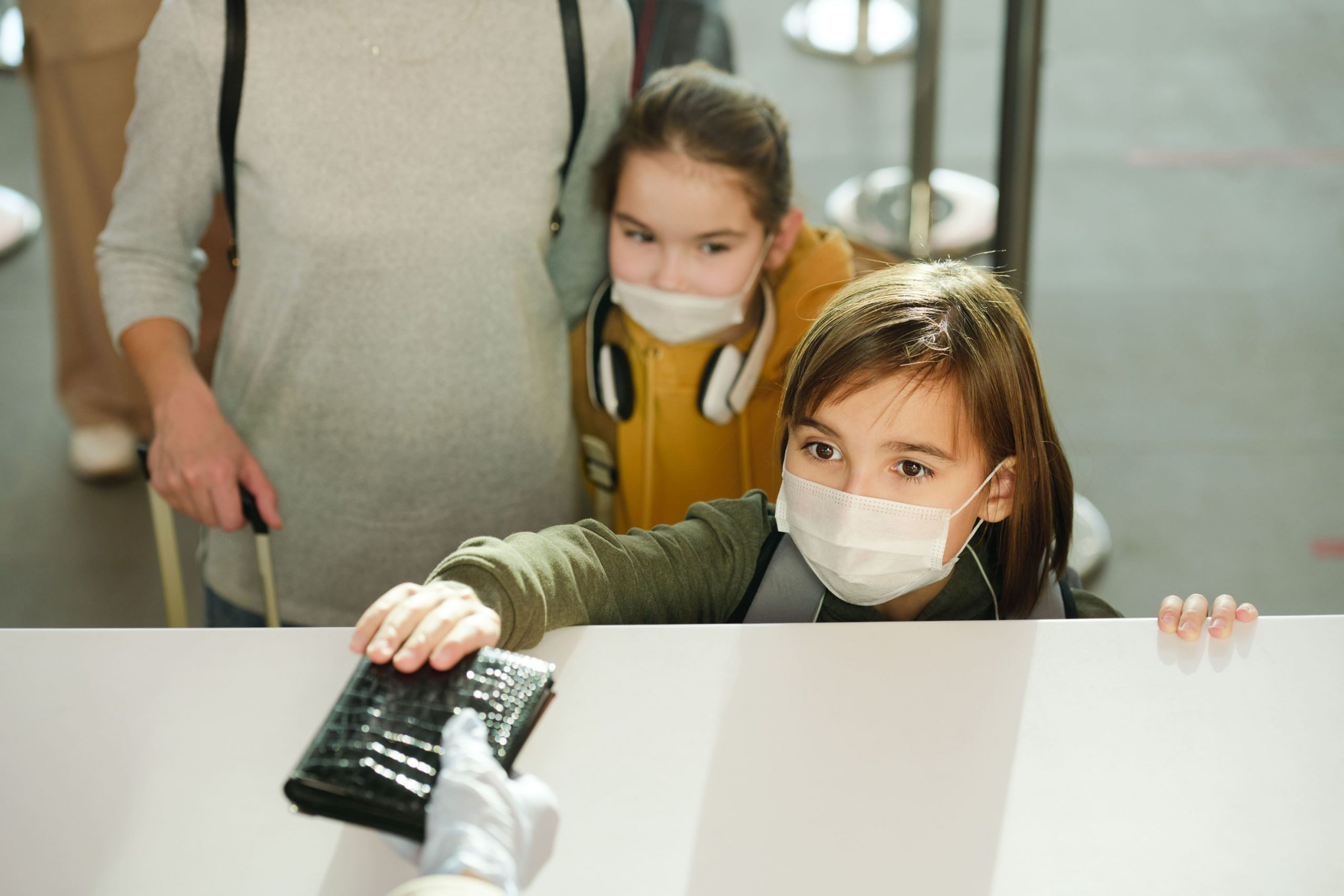 children-at-the-airport-ATF3X88-min-2