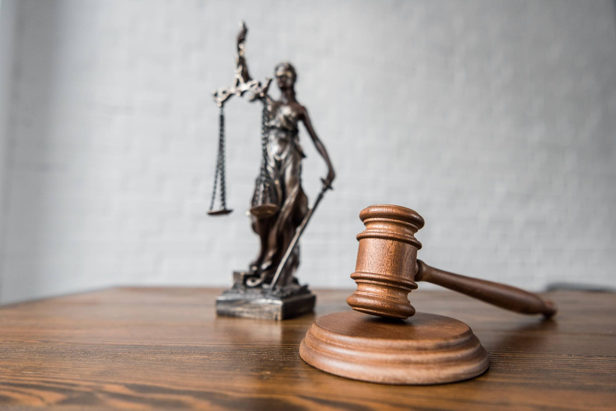 close-up-shot-of-judge-gavel-and-themis-statue-on–392HR2J (1)