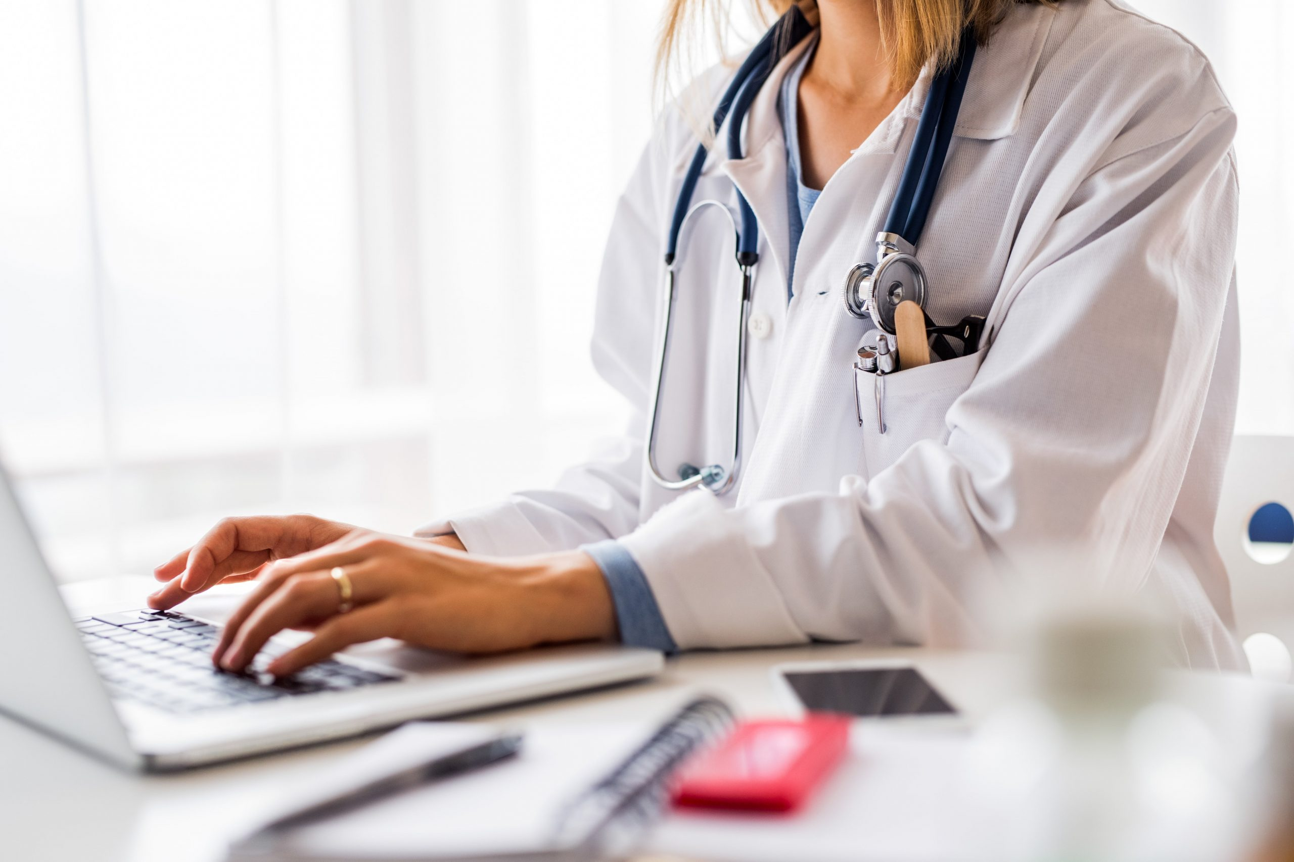 female-doctor-with-laptop-working-at-the-office-de-P9UPLVT-min