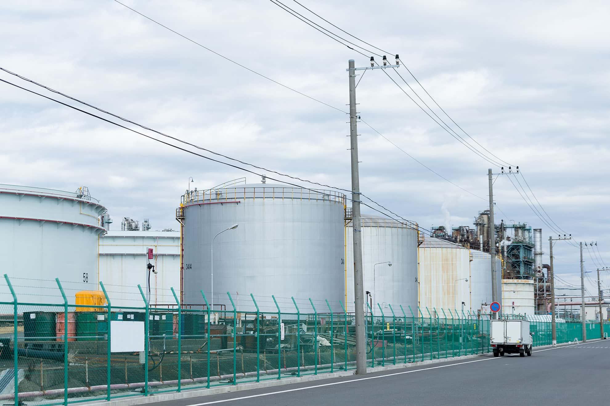 fuel-storage-tank-in-industrial-city-KQQAQFY-min