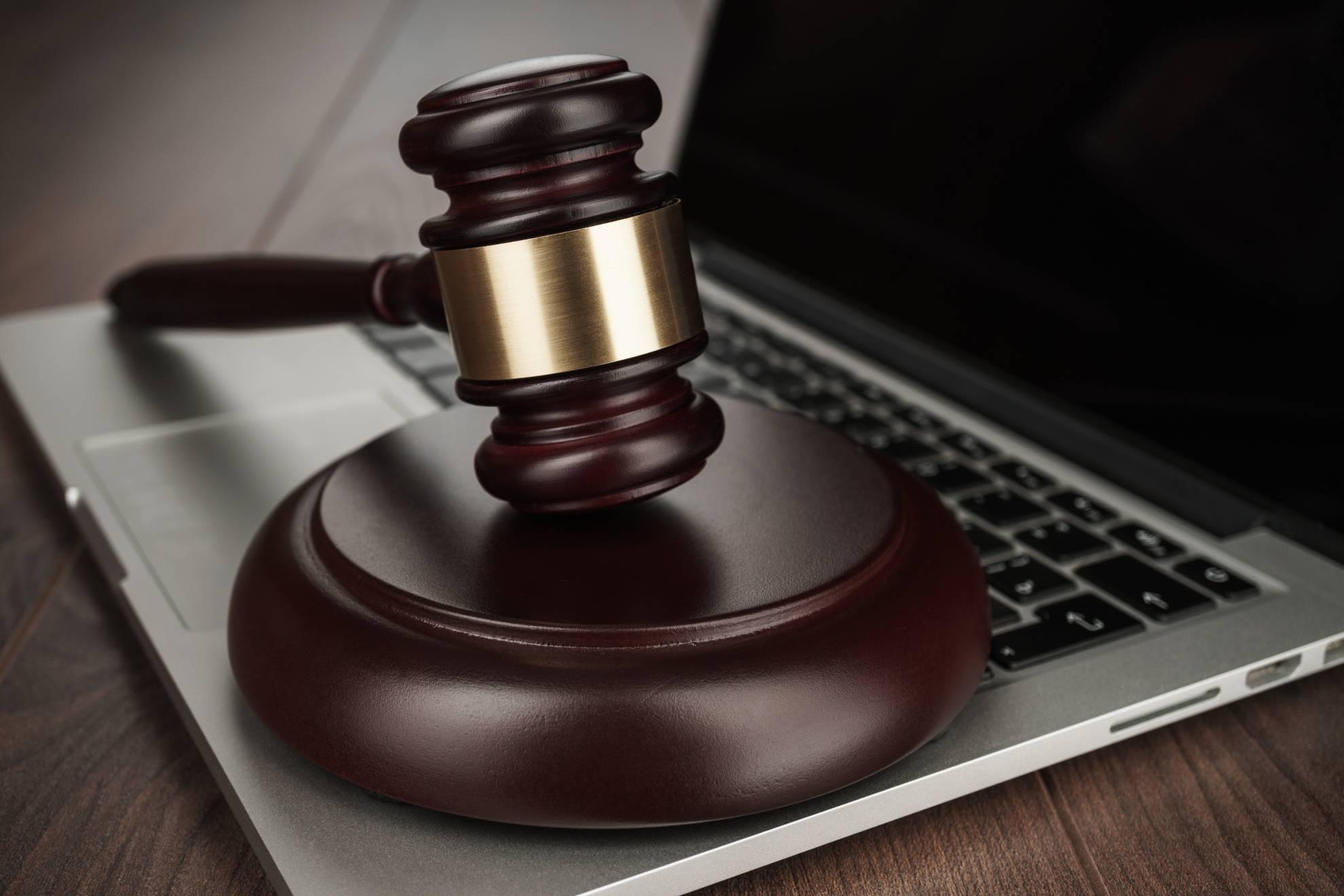 judge-gavel-on-laptop-concept-XKJBUE3 (1)
