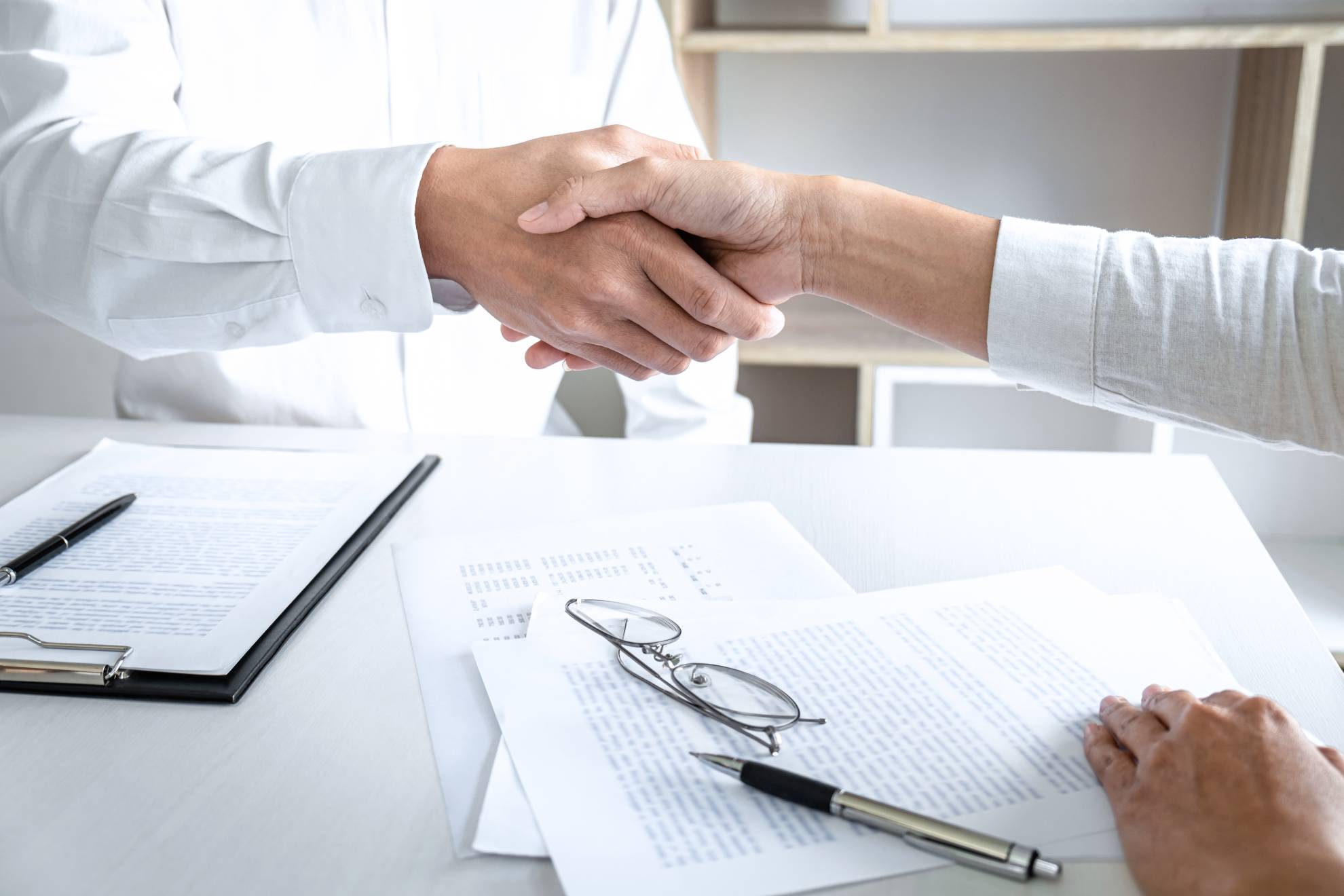 real-estate-broker-agent-and-customer-shaking-hand-9D3F2GM (1)