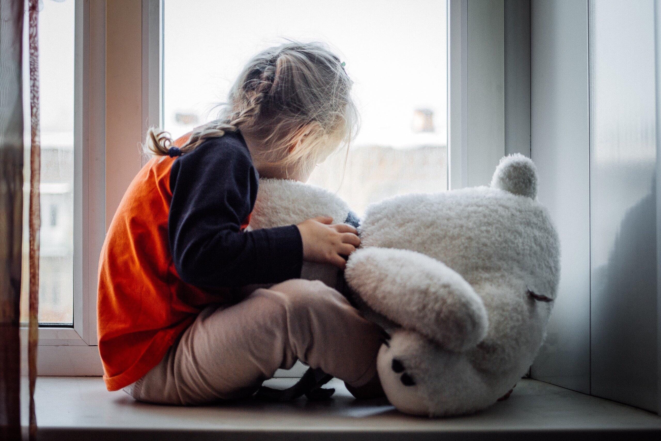sad-little-girl-with-a-teddy-bear-sadness-8GLGVXB-min