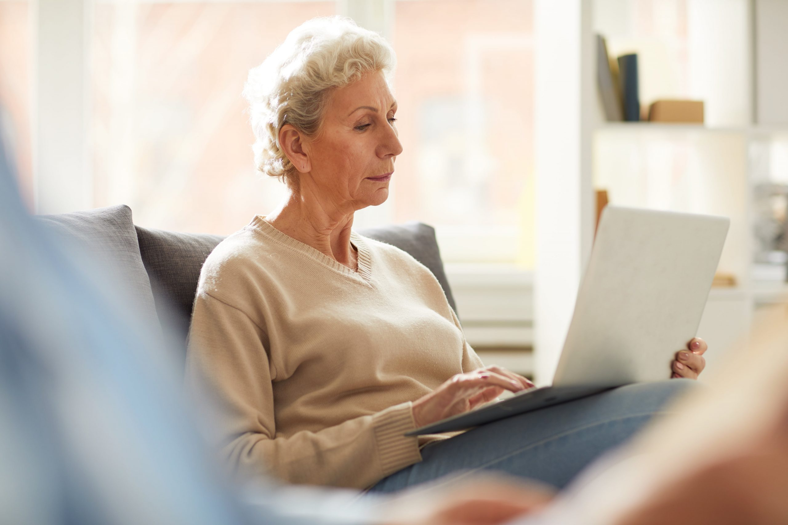 senior-woman-using-laptop-43ZXAVT-min