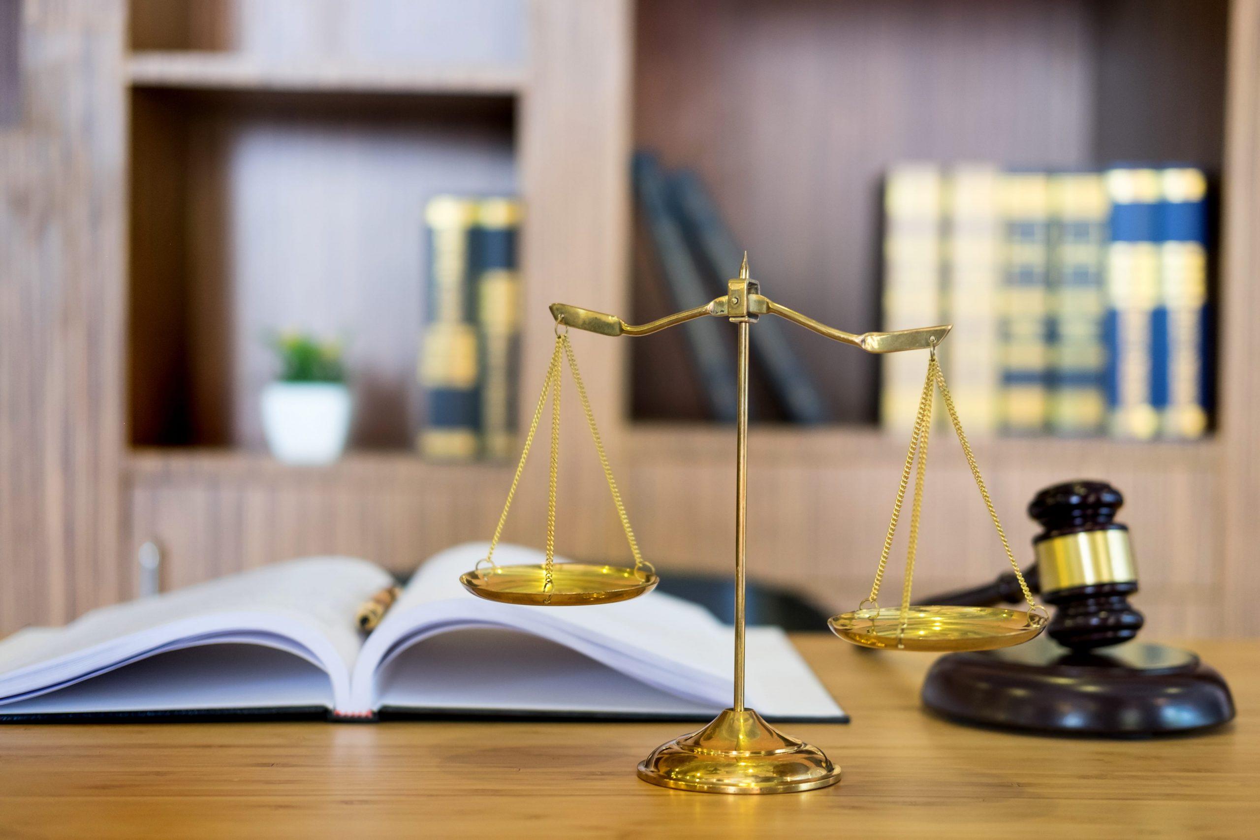 symbol-of-judge-law-attorney-gavel-with-justice-la-29NVU8G-min