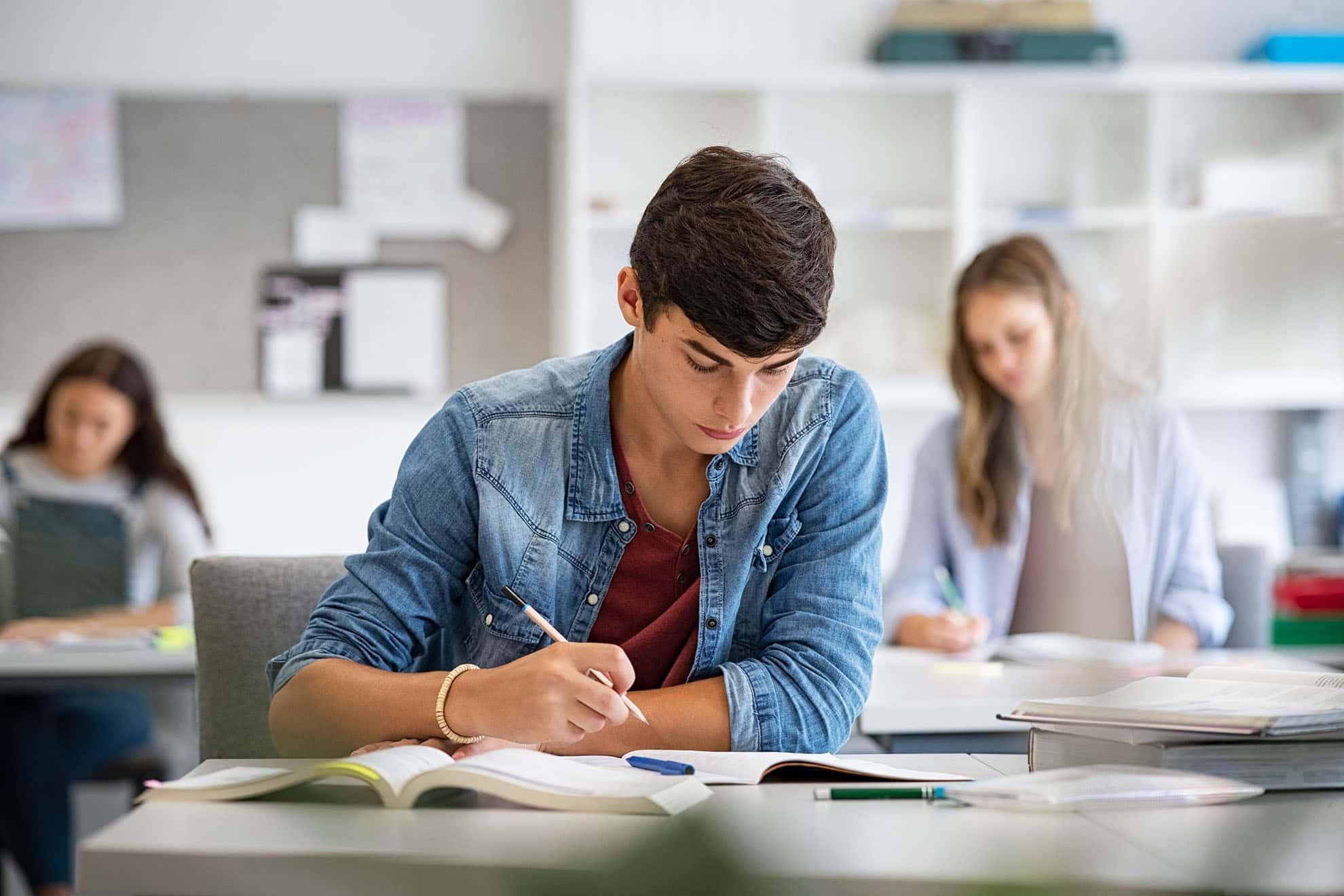 teen-student-studying-in-classroom-6PLDG64-min