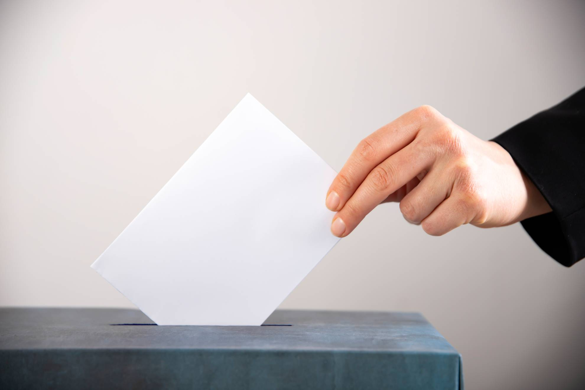 woman-votes-on-election-day-3HM9DF2 (1)