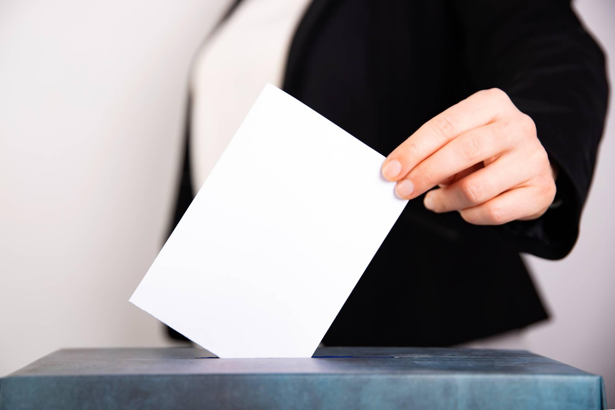 woman-votes-on-election-day-VQBFAQN (1)