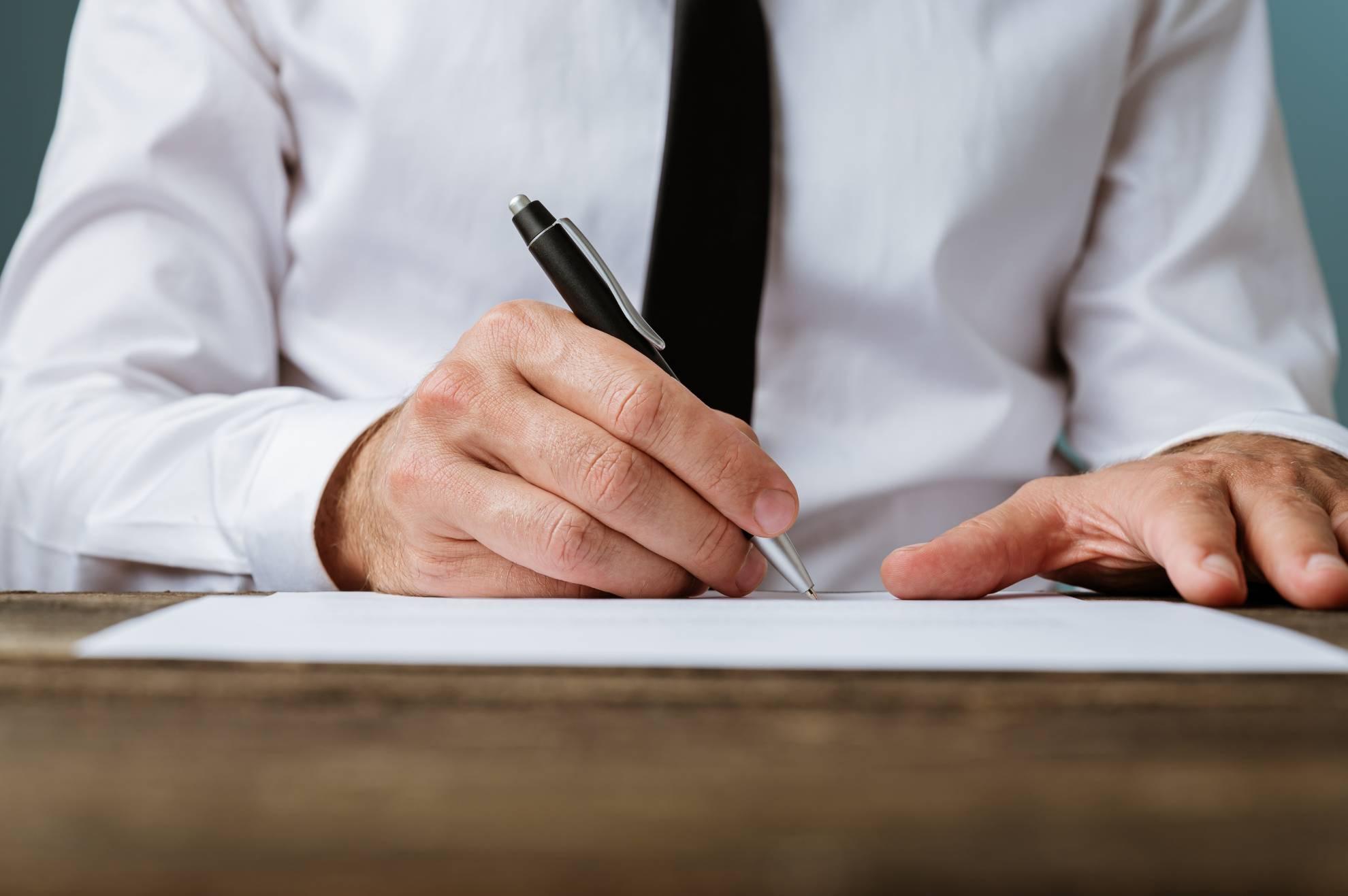 businessman-signing-a-contract-DA52VJX (1)