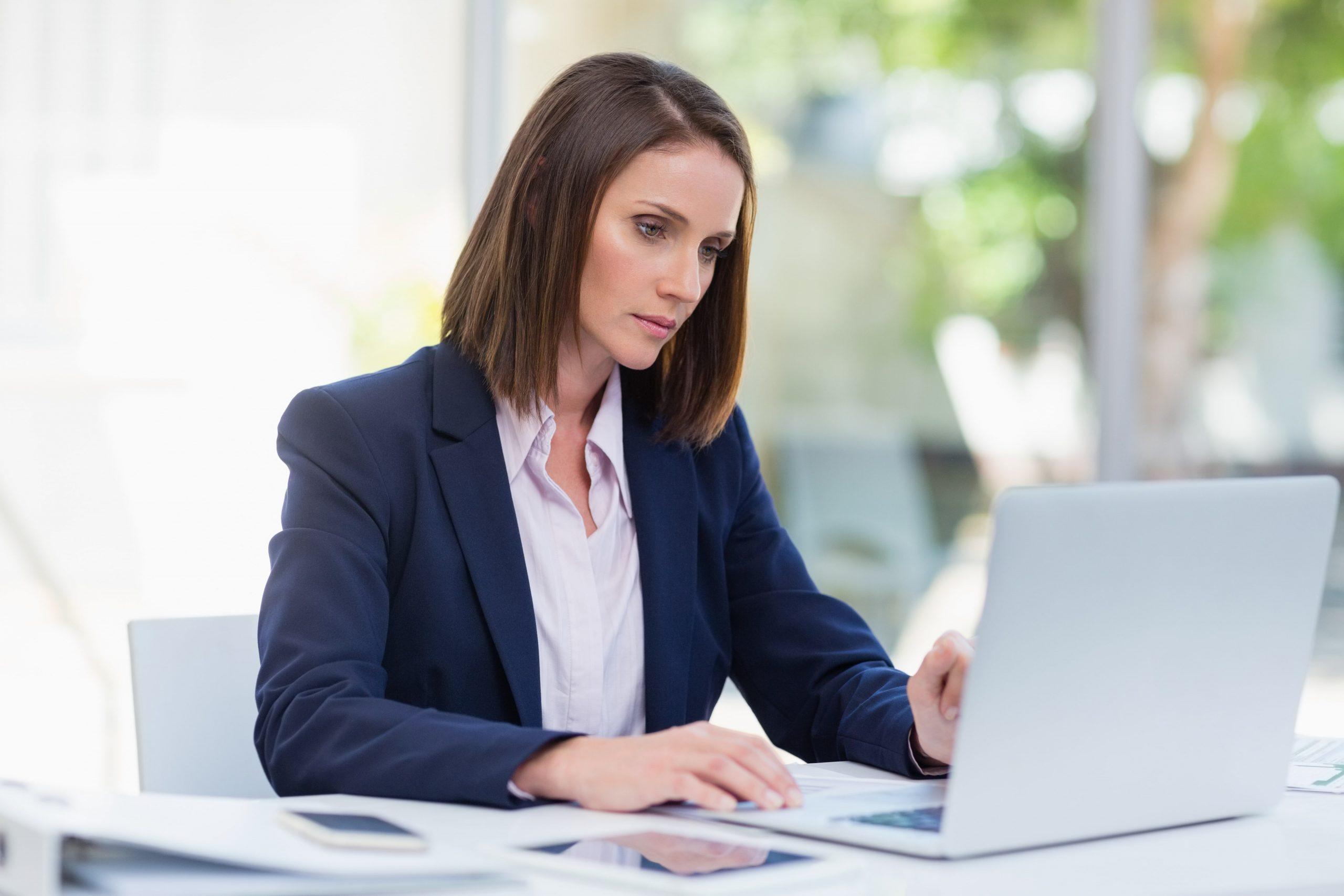 businesswoman-using-laptop-K526UQ9-min