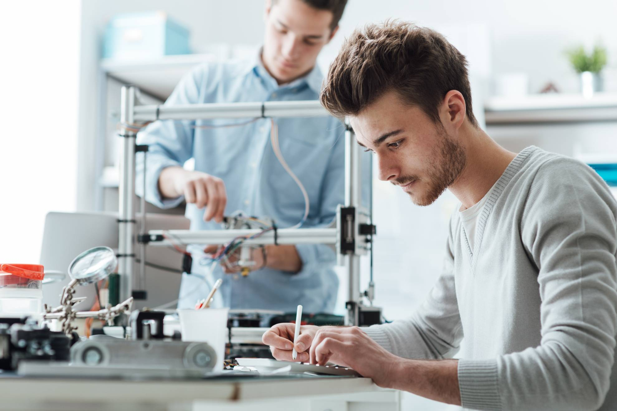 engineering-students-working-in-the-lab-P9ZGWDH (1)-min