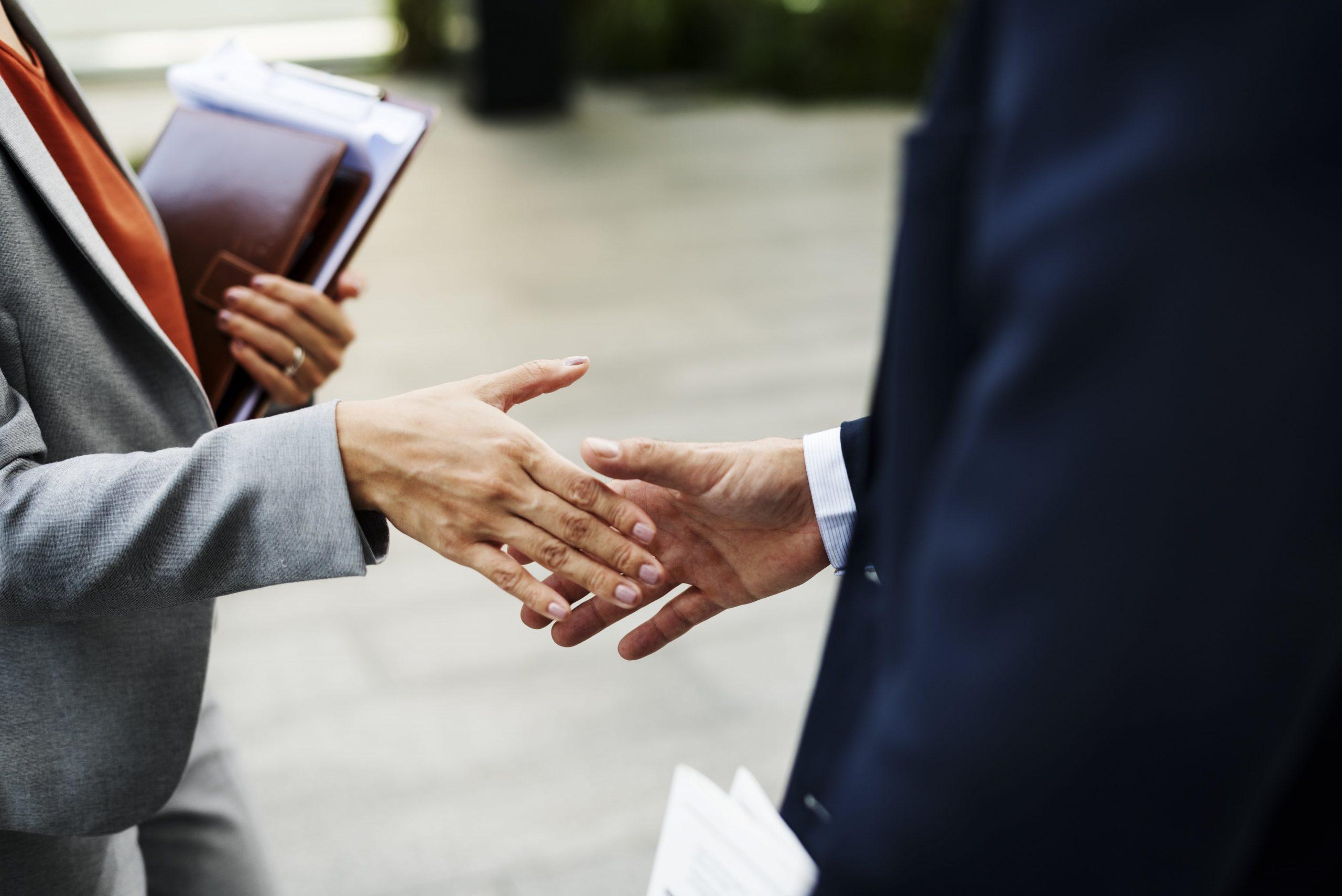 handshake-corporate-partnership-office-worker-conc-P6MG24W