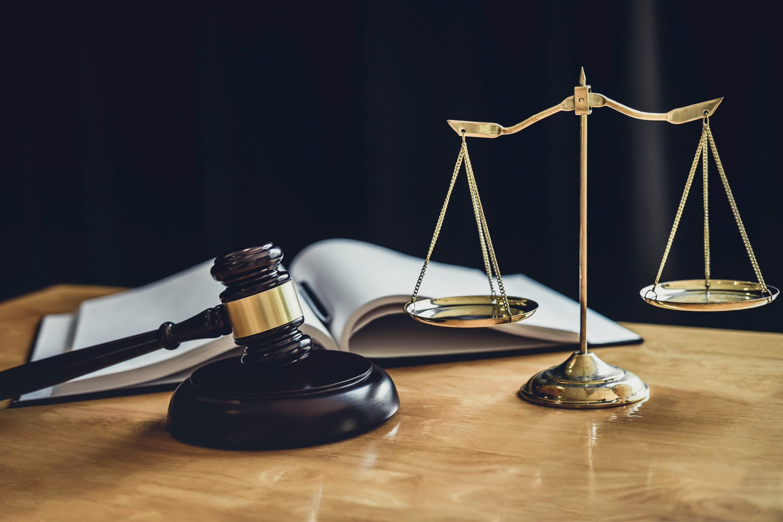 judge-gavel-with-scale-of-justice-476EMJZ-min