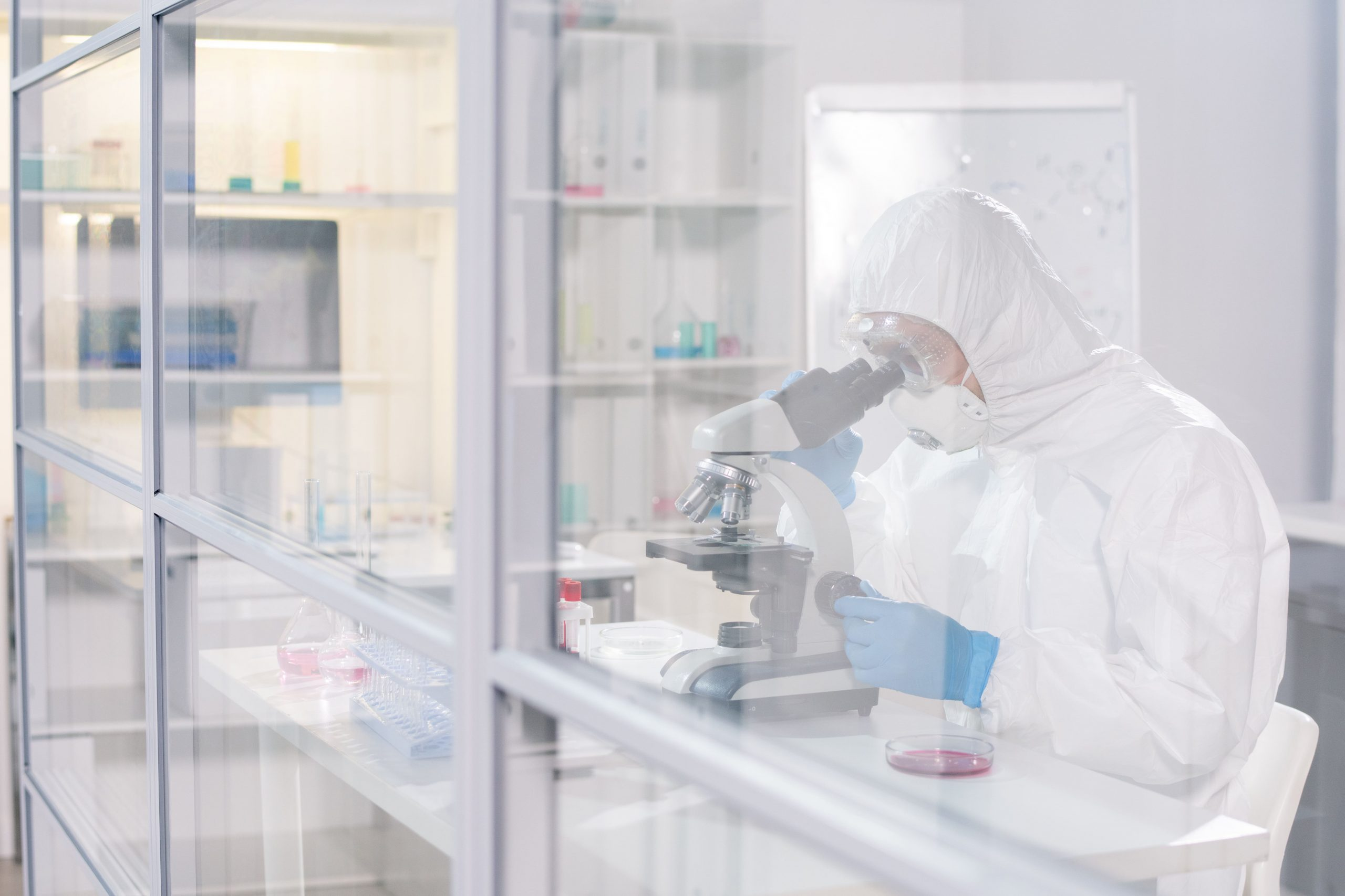 lab-worker-in-protective-workwear-studying-viruses-EN85PX9