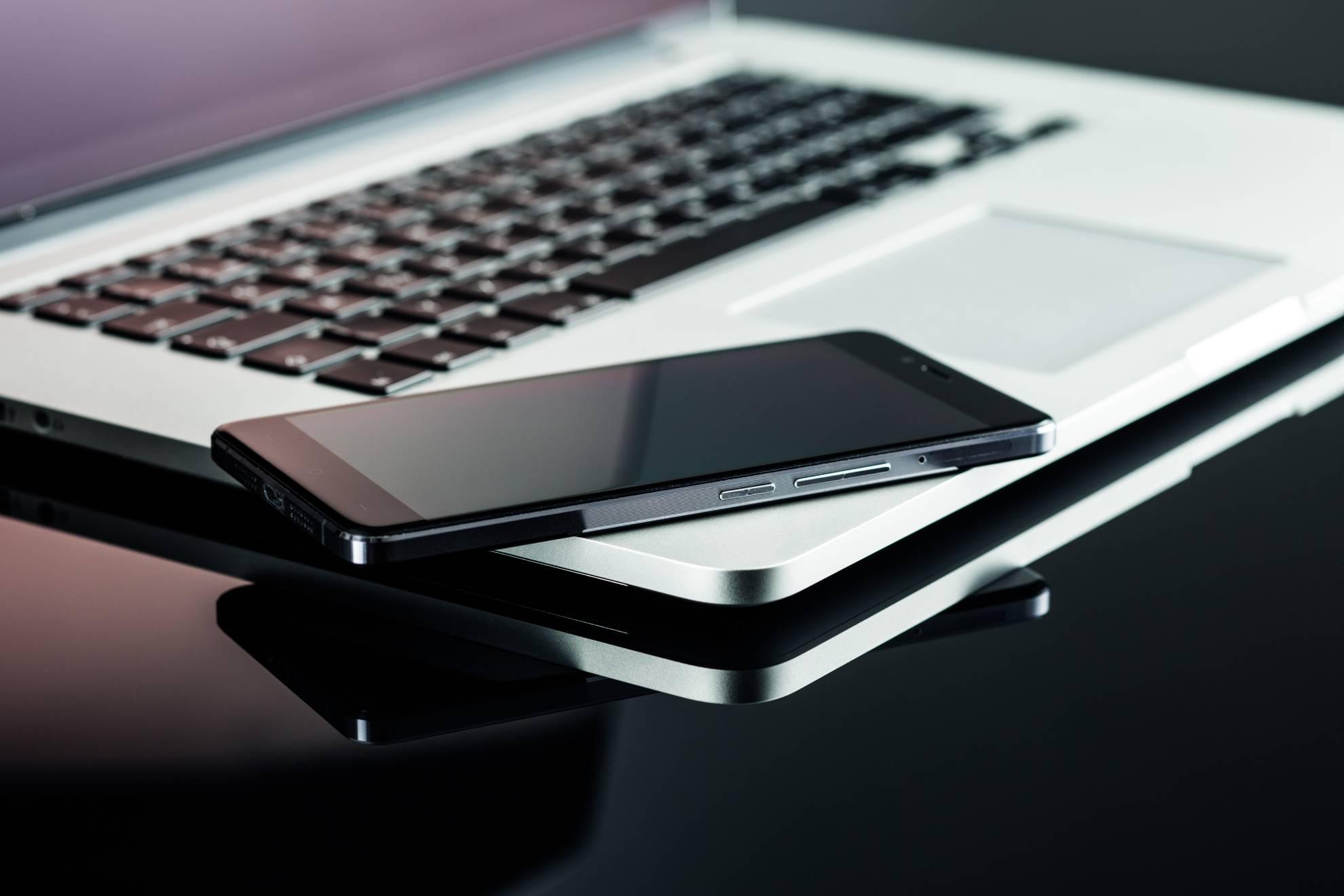 smartphone-and-laptop-PKFPYV7 (1)
