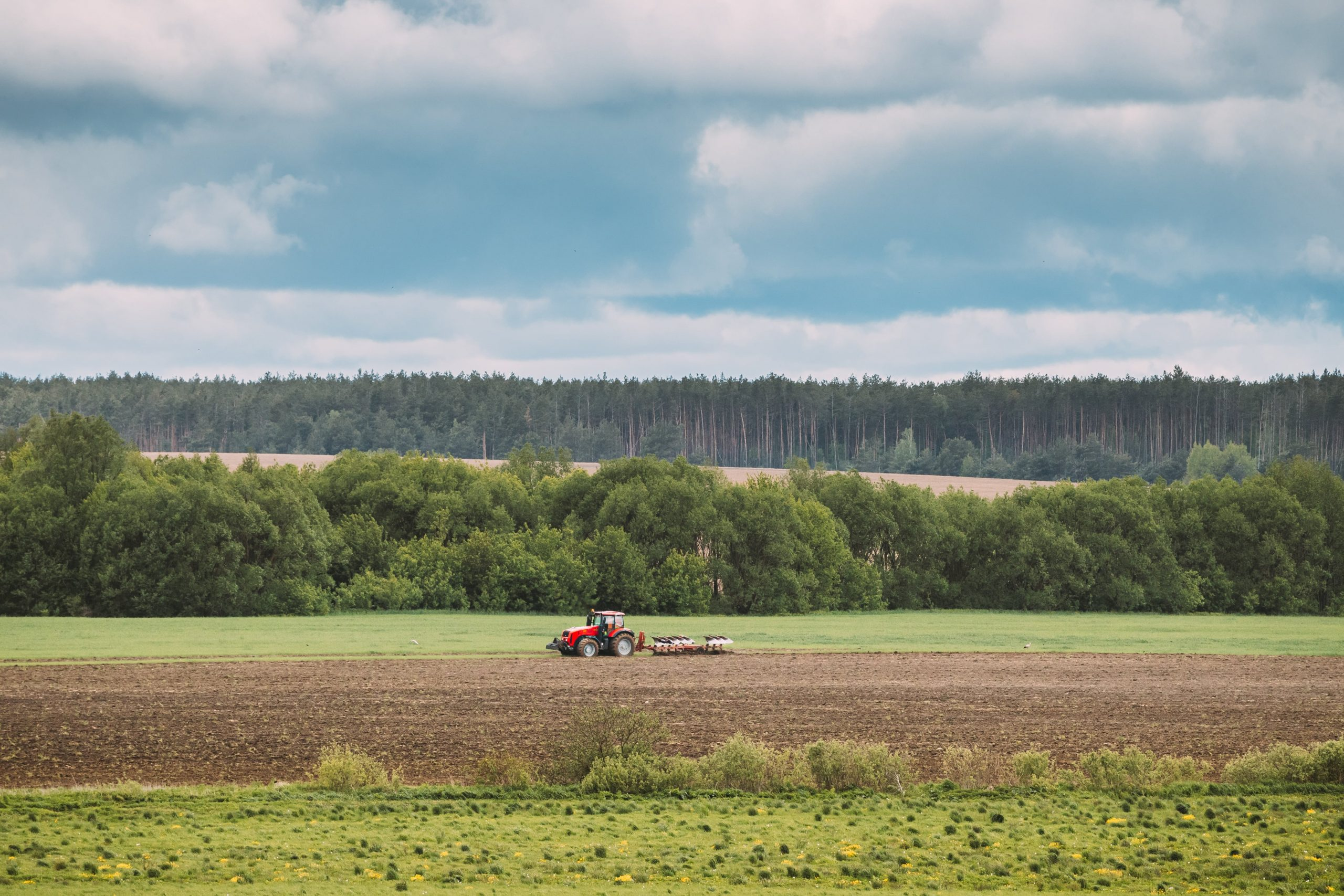 tractor-plowing-field-in-spring-season-beginning-o-LL29PCD
