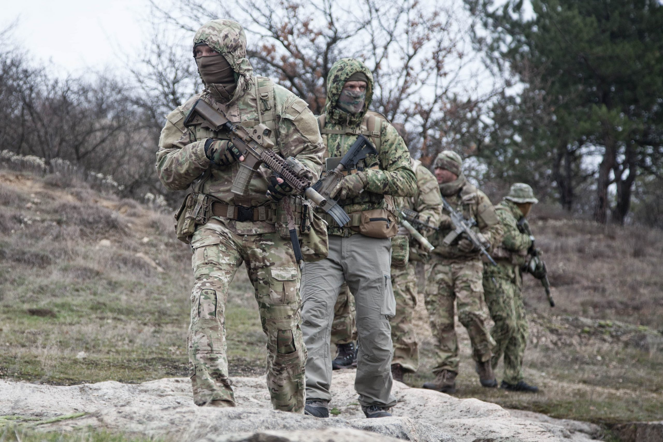 military-army-soldiers-team-patrolling-in-forest-S7LQZ4H