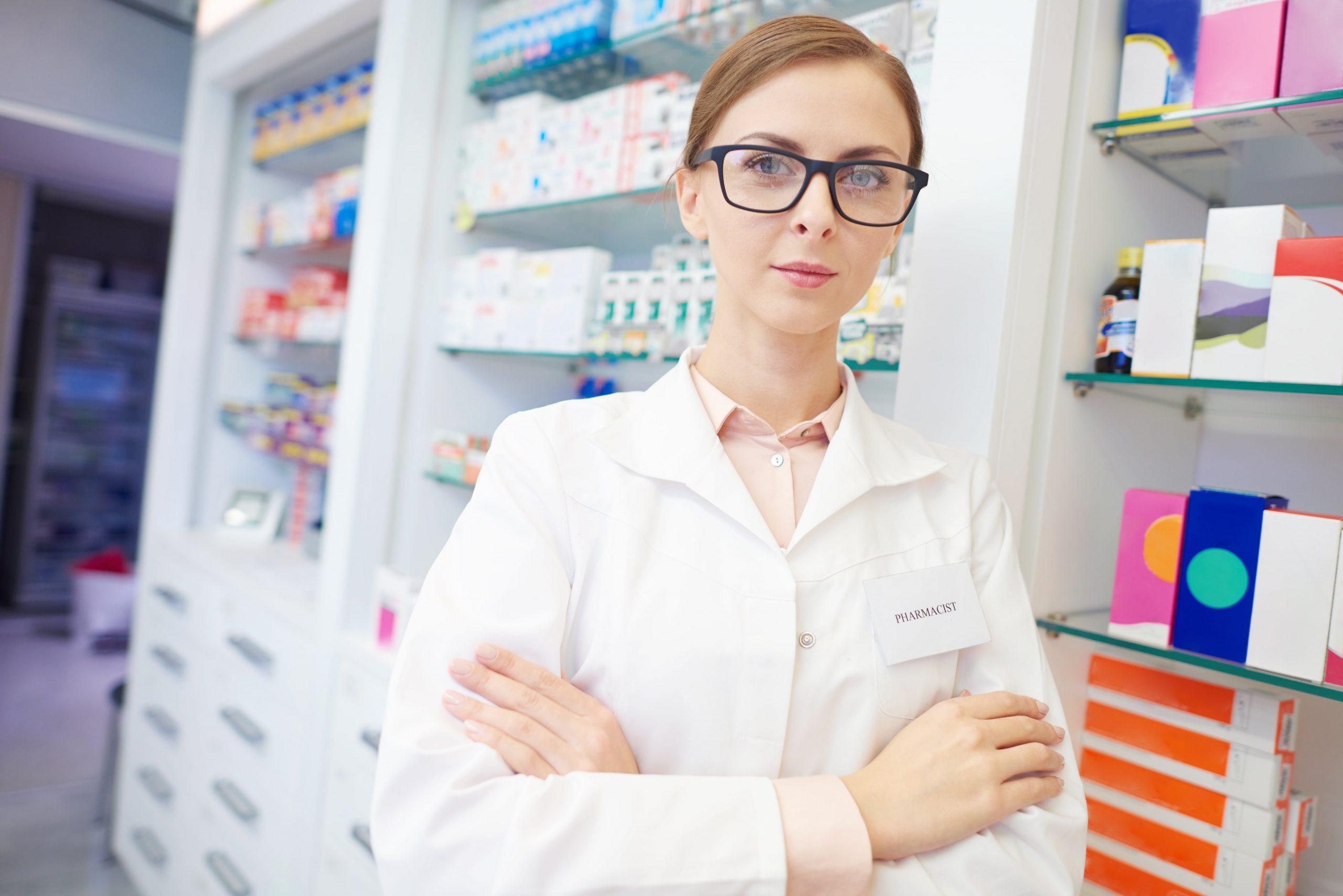 portrait-of-confident-pharmacist-at-drug-store-9R8NQQK-min