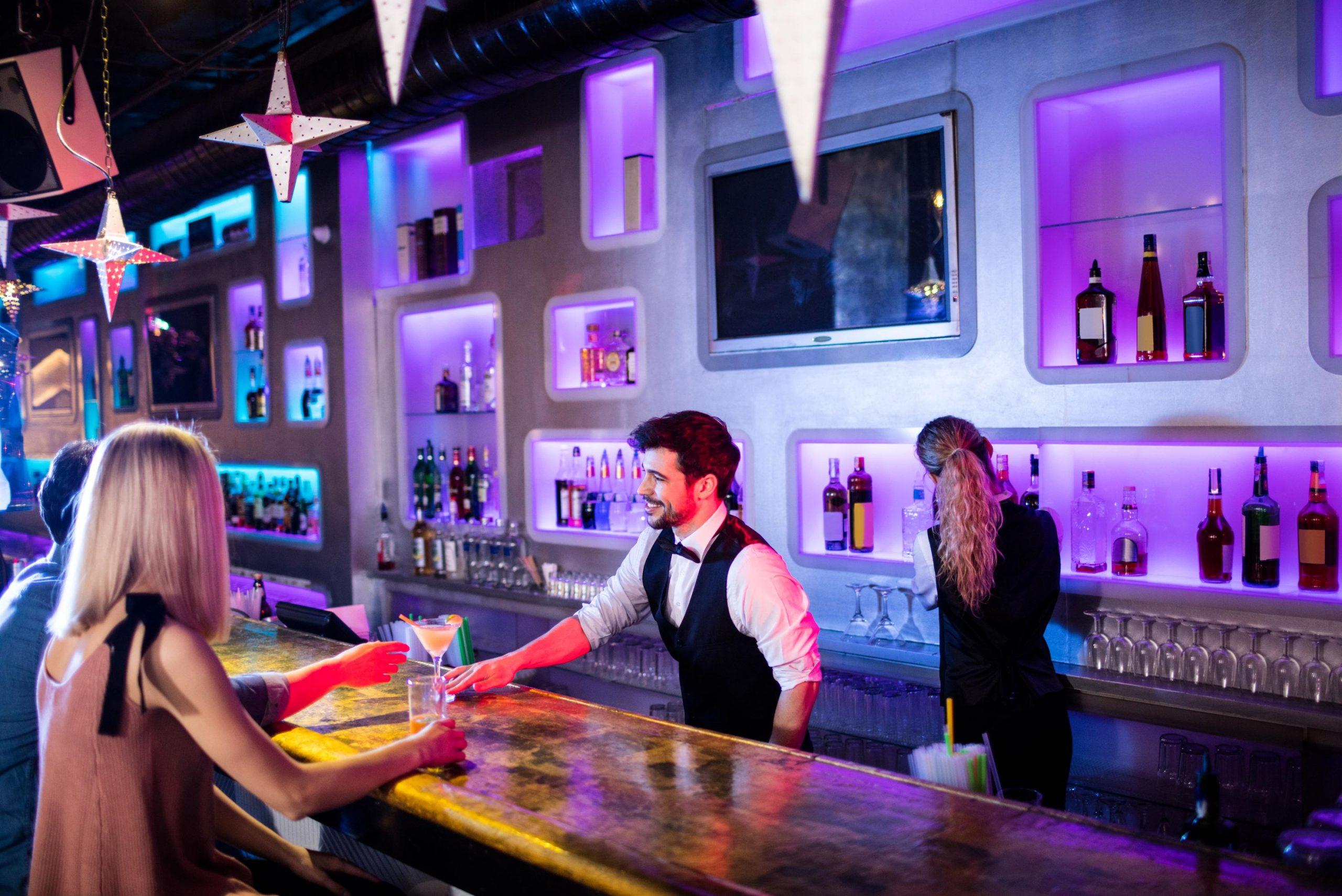 waiter-serving-cocktail-KQKMU4Z